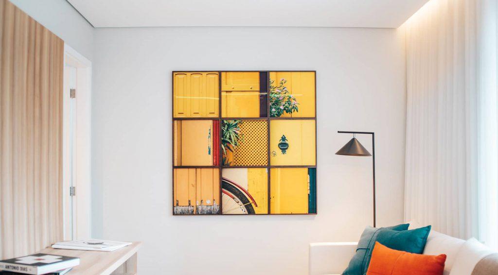 Több festmény a nappaliban