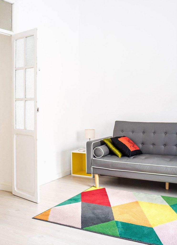 Vad színeket felhasználó nappali szőnyeg