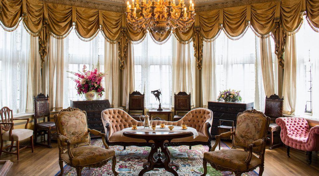 klasszikus nappali régies szőnyeggel és stílussal
