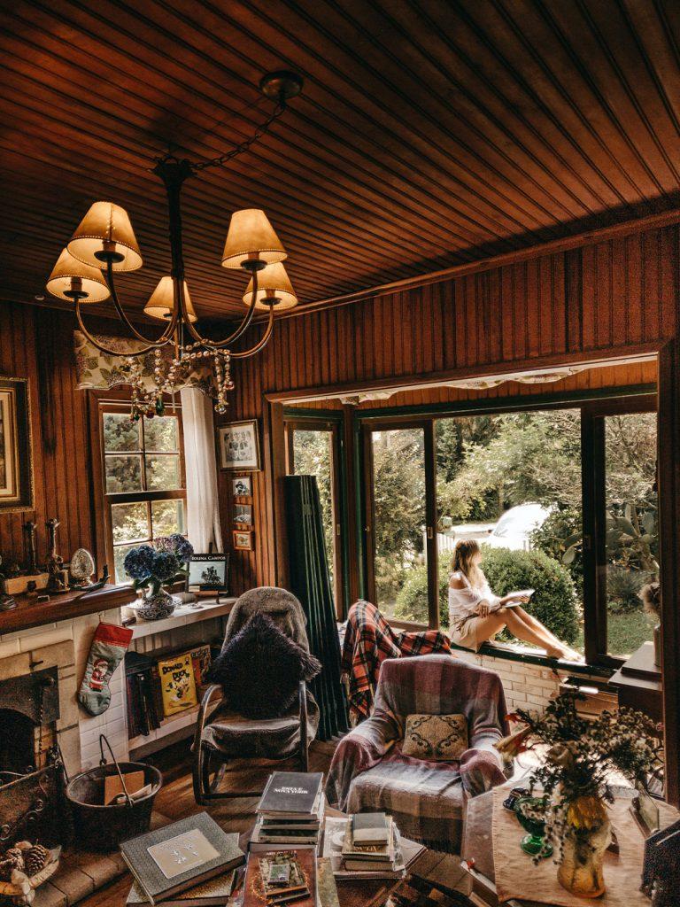 vintage világítás egy csillár segítségével a nappaliban