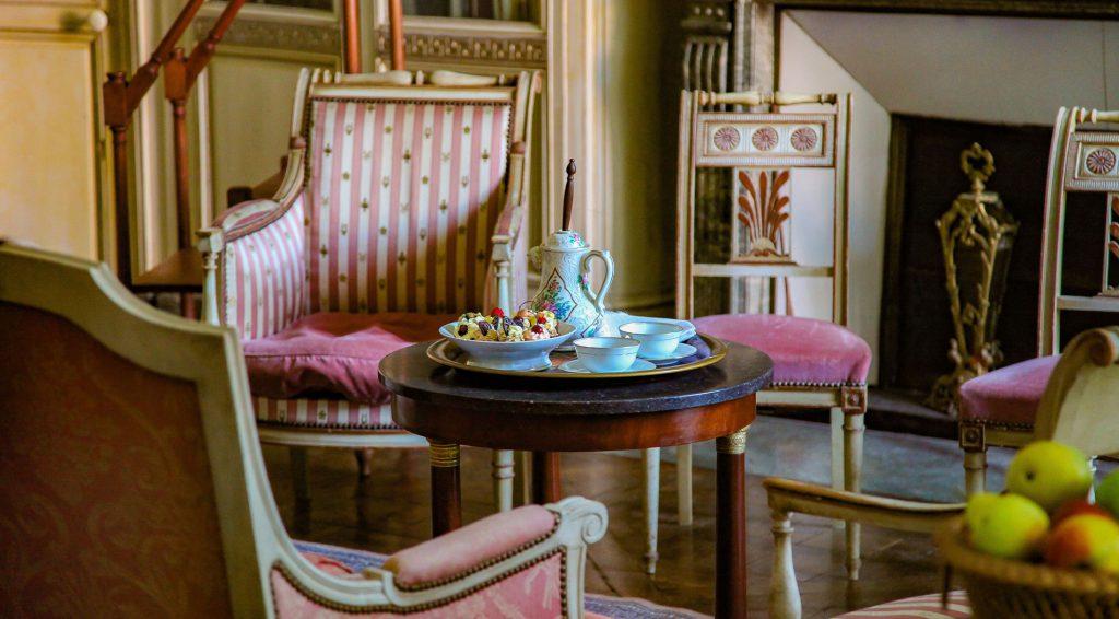 Korall, rózsaszín színek egyedi mintákkal a nappaliban