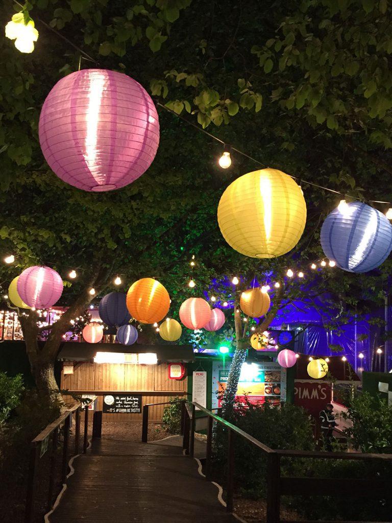 színes lampionok a kertben