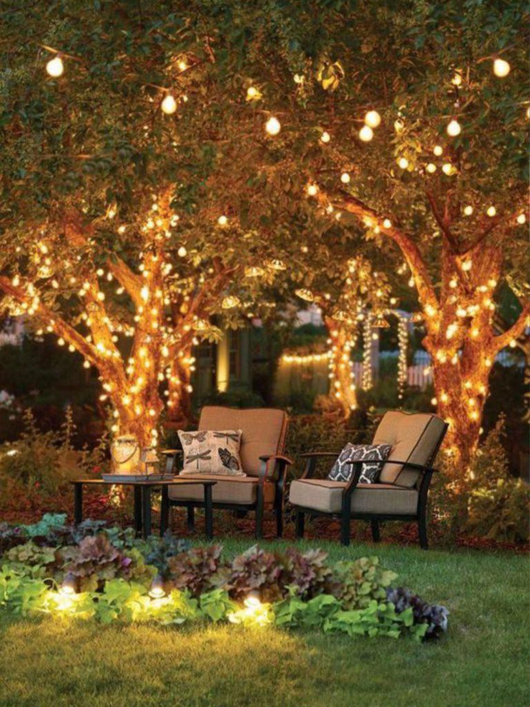 fényfüzérek a fákon