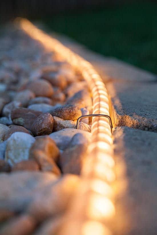 fényszalag a kerti úton közelről