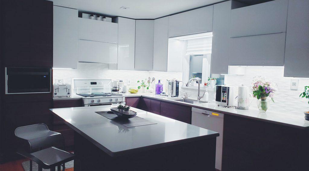 Lila és fehér színű konyhabútor