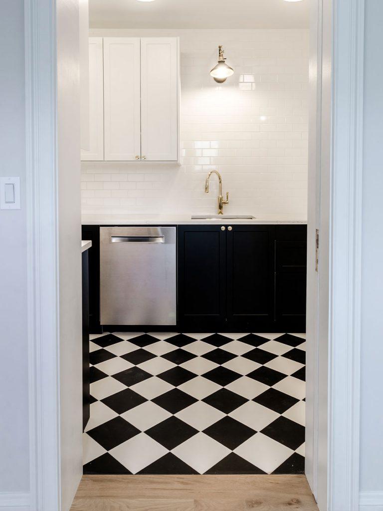 fekete-fehér mintás járólap a konyhában